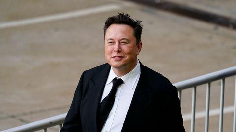 Elon Musk in einem schwarzen Anzug