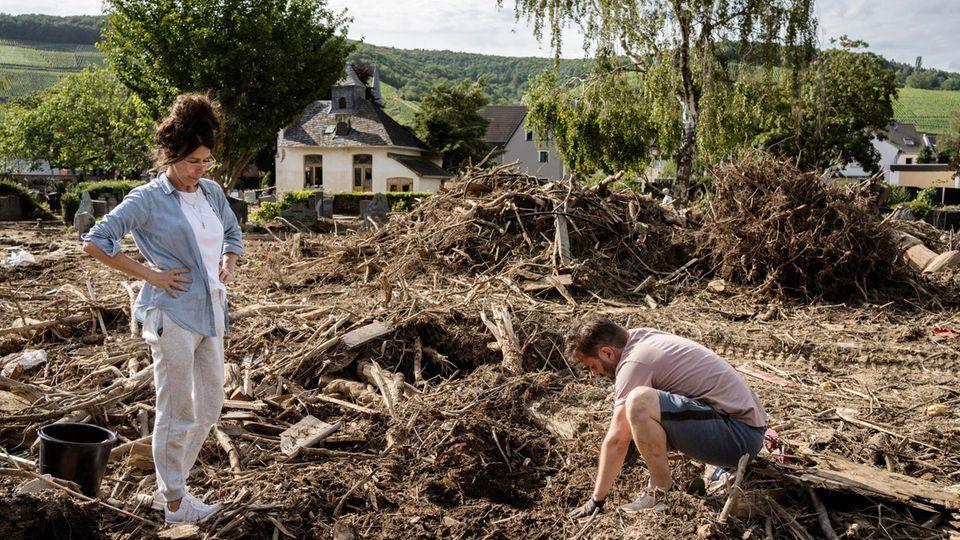 Uschi und Dirk suchen den Grabstein von Uschis Tochter auf dem total ueberschwemmten Friedhof in Ahrweiler