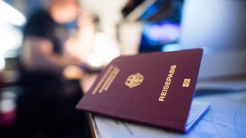 Ein deutscher Reisepass liegt auf einem Tisch