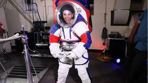 Astronautin in einem frühen Prototyp der künftigen xEMUs