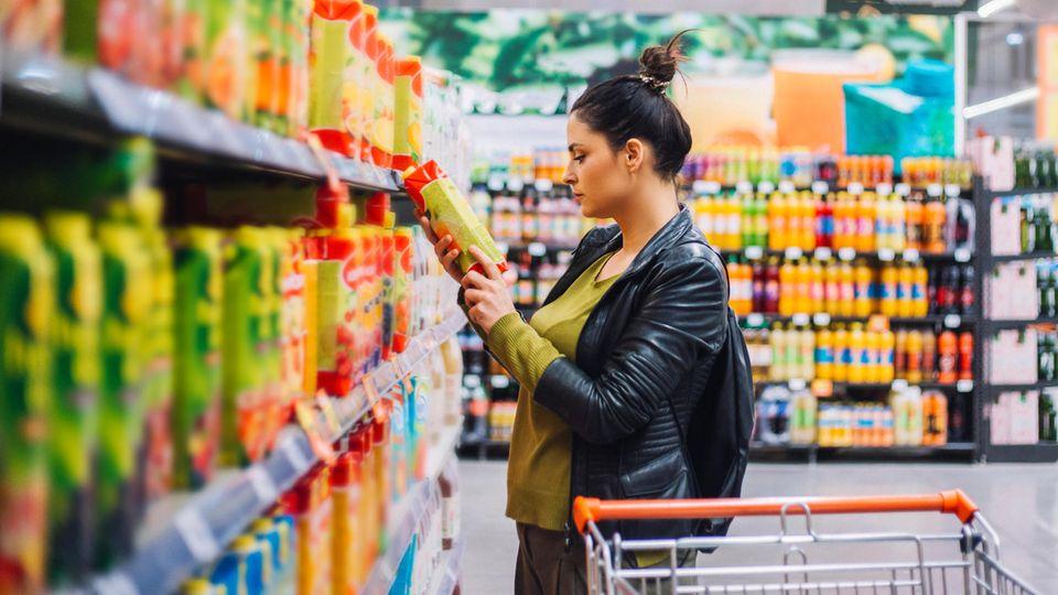 Frau im Getränkemarkt