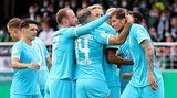Wolfsburger Spieler gratulieren ihrem Goalgetter Wout Weghorst