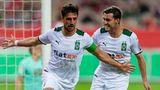 Lars Stindl und Joe Scally bejubeln den Siegtreffer für Gladbach im Pokalspiel in Kaiserslautern