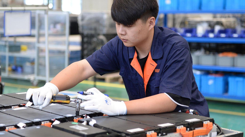 Mitarbeiter von Gotion High Tech schraubt an einem Elektroakku