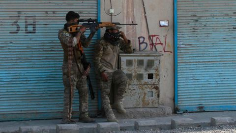 Auf verlorenem Posten: zwei bewaffnete afghanische Sicherheitskräfte wehren sich gegen die heranrückenden Taliban in Herat