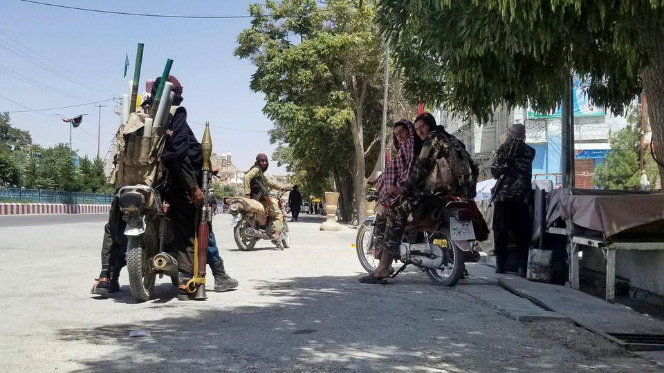 Anhänger der militant-islamistischen Taliban patrouillieren in der Stadt Gasni im Osten Afghanistans