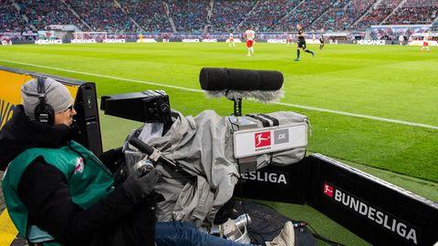 Kameramann filmt Bundesligapartie