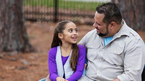 Ein Vater mit seiner Tochter