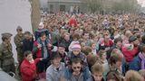 Das Ende. Im November 1989 strömen die Menschen an der Bernauer Straße durch ein Mauerloch in den Westen. Kurz zuvor hatte die DDR die Grenzen nach 28 Jahren geöffnet.