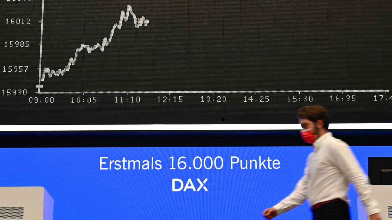 Ein Börsenhändler geht im Handelssaal der Frankfurter Wertpapierbörse an der Tafel mit der Dax-Kurve vorbei