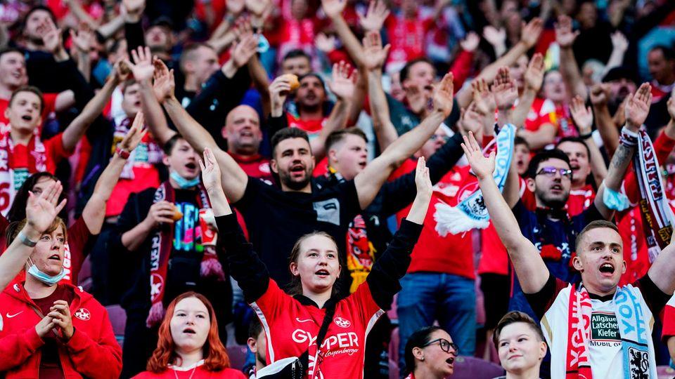 Fans auf der Tribüne des Betzenberg-Stadions in Kaiserslautern