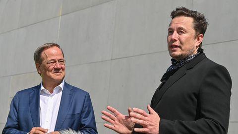 Armin Laschet und Elon Musk stellen sich den Fragen von Reportern