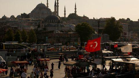 Türkei, Istanbul: Menschen spazieren in der Nähe des Goldenen Horns