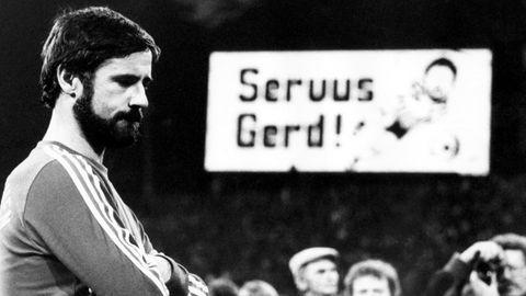 Gerd Müller blickt bei seinem Abschiedsspiel traurig auf den Boden