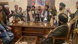 Taliban-Kämpfer sitzen in einem Raum des Präsidentenpalastes in Kabul, Afghanistan
