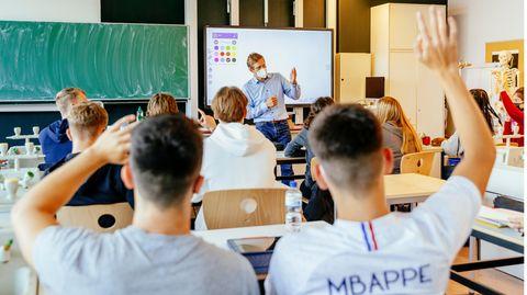 Schulleiter Frank Scheler unterrichtet am Hamburger Goethe-Gymnasium wieder vor vollen Klassen.