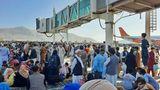 """Nach dem Einmarsch der Talibanversuchten am Montagmorgen Tausende, einen Platz auf einem Evakuierungsflug zu bekommen. US-Soldaten, die laut US-Regierung denFlughafensichern, feuerten Schüsse in die Luft, um die Menge zu kontrollieren.Die Menschenmenge hilfesuchender Afghanen erreichte auch das Rollfeld des Flughafens. """"Ich habe sehr viel Angst. Sie feuern viele Schüsse in die Luft"""", sagte ein Zeuge der Nachrichtenagentur AFP. """"Ich habe gesehen, wie ein junges Mädchen überfahren und getötet wurde"""", berichtete er weiter."""