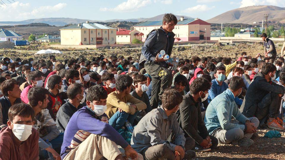 Von türkischen Behörden Anfang August aufgegriffene afghanische Flüchtlingen nahe der türkisch-iranischen Grenze. Mit der Offensive der Taliban der letzten Wochen flohen immer mehr Afghaninnen und Afghanen aus ihrer Heimat