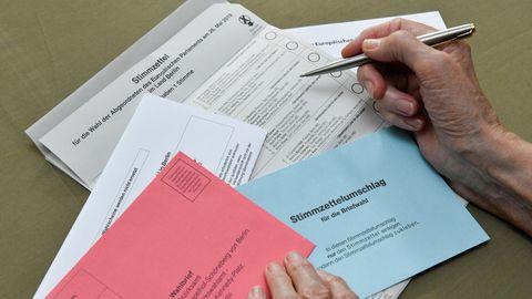 Briefwahlunterlagen werden von älterer Person ausgefüllt
