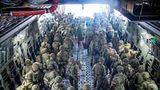 """Britische Soldaten verlassen die """"RAF Voyager"""" in Kabul"""