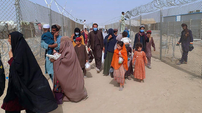 Menschen überqueren einen Grenzübergang in Chaman, Pakistan