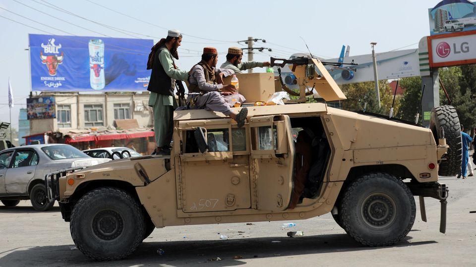 Taliban-Kämpfer stehen Wache vor dem internationalen Flughafen Hamid Karzai