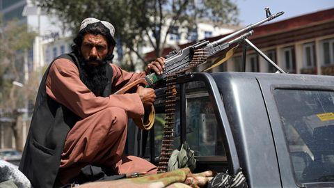 Ein Taliban-Kämpfer vor dem Haupttor zum Präsidentenpalast in Kabul