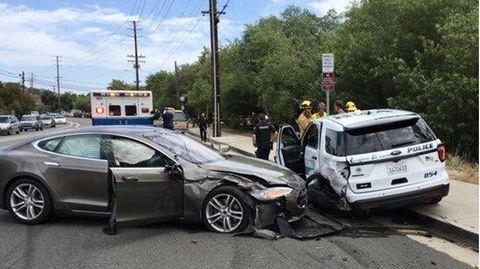 Aufgrund wiederholter Verkehrsunfällemit Notfallfahrzeugensteht Teslas-Autopilot seit Jahren in der Kritik