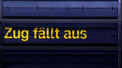 """Auf einer Anzeigetafel im Hauptbahnhof in Dresden (Sachsen) steht """"Zug fällt aus"""""""