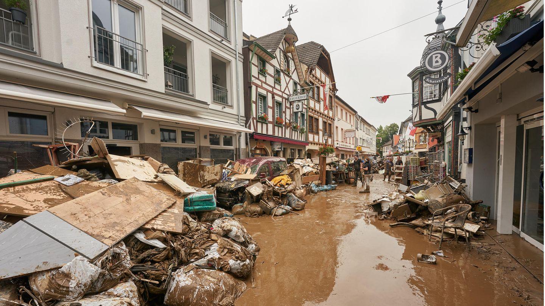 Eine durch die Flutkatastrophe zerstörte Straße in Ahrweiler.