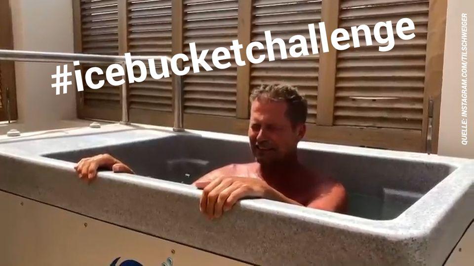 Schauspieler Til Schweiger sitzt in einer Badewanne und lässt die Icebucket-Challenge aufleben.