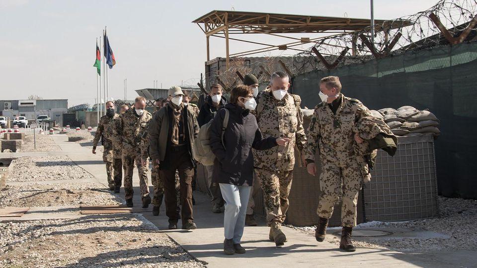 2021 Mazar-e Scharif Alles vergebens: Verteidigungsministerin Annegret Kramp-Karrenbauer besucht im Februar die Truppen in Mazar-e Scharif