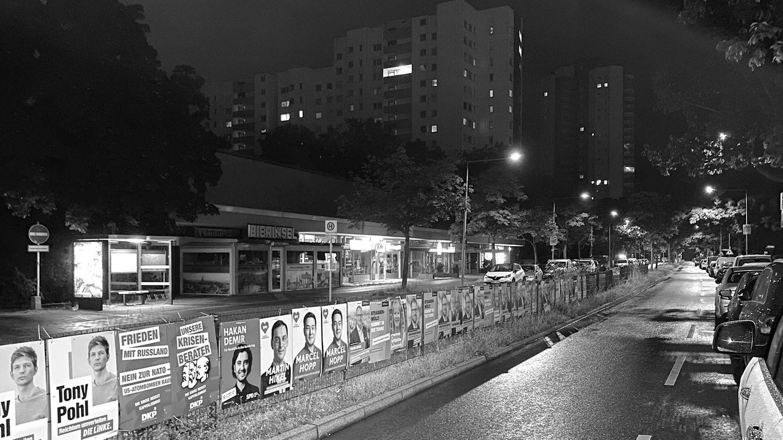 Die Gropiusstadt in Berlin während der Plakatiernacht.