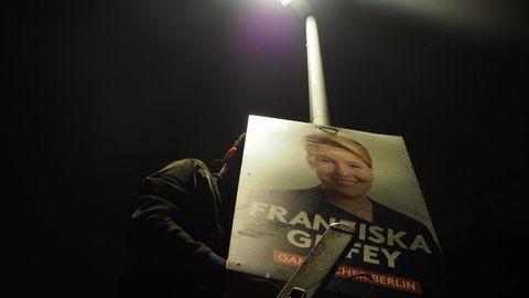 Max von Chelstowski beim Plakatieren bei Nacht auf einer Leiter.
