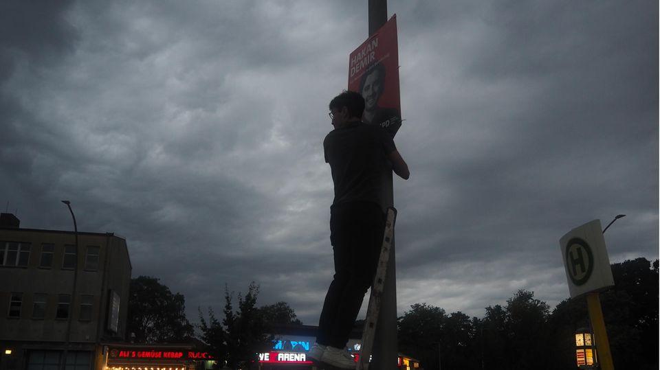 Der Juso Max von Chelstowski beim Plakatieren auf einer Leiter.