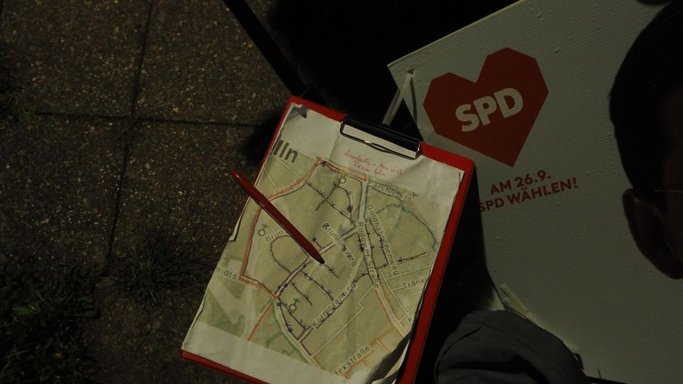 Eine Stadtkarte mit Routen und Markierungen, an denen die SPD ihre Wahlplakate aufstellt.