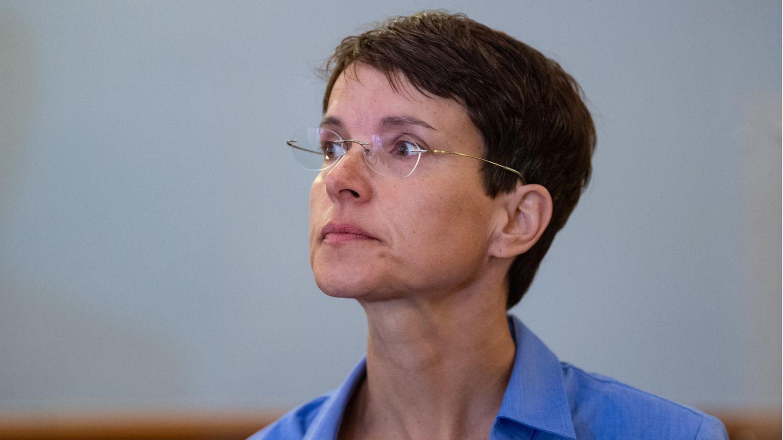 Frauke Petry steht im Landgericht Leipzig vor Beginn der Berufungsverhandlung an ihrem Platz