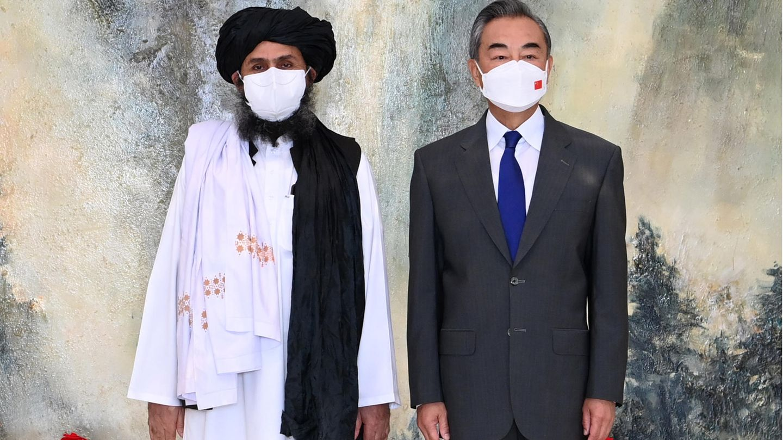 Chinas Außenminister Wang Yi traf den afghanischen Taliban-Führer Mullah Abdul Ghani Baradar im Juli zum Gespräch