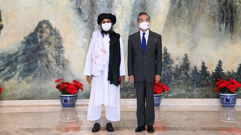 Baradar mit dem chinesischen Außenminister Wang Yi in Tianjin Ende Juli