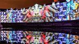 """Karlsruhe, Deutschland.Man muss schon genauer hinsehen, um das Barockschloss der baden-württembergischen Stadt wiederzuerkennen. Die ehemalige Residenz des Markgrafen Karl Wilhelm von Baden-Durlach, in der heutedas Badische Landesmuseum und ein Teil des Bundesverfassungsgerichts untergebracht sind, wird im Rahmen einer Probe für dieSchlosslichtspieleKarlsruhe 2021 von der Projektion """"Synthetic Sonnets""""von Antonin Krizanic angestrahlt. Nach einem Jahr im virtuellen Raum kann das Publikum die Lichtspiele ab heute wieder auf der Fassade des Karlsruher Schlosses bestaunen."""
