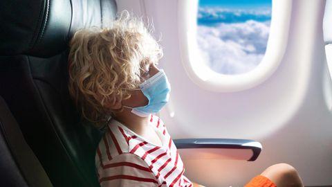 Das kleine Mädchen sollte im Flieger eine Maske tragen