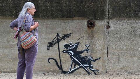 """Die sich sonnende Ratte an der Strandpromenade von Suffolk warTeil einer Serie, die Banksy """"A Great British Spraycation"""" nennt"""