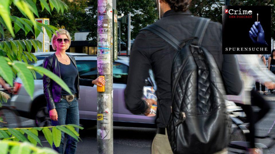 Stalking-Expertin Sandra Cegla an der Ampel