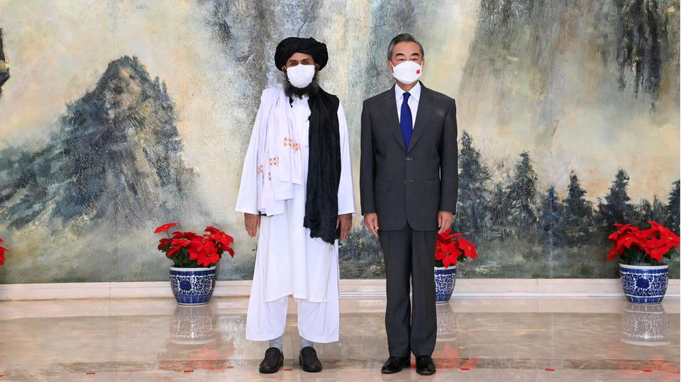 Chefdiplomat Mullah Abdul Ghani Baradar mit Außenminister Wang Yi im Juli in China
