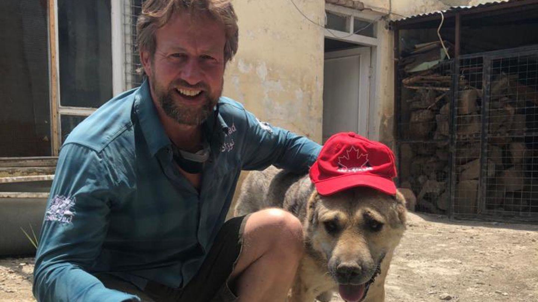 Marine-Soldat Paul Farthing mit einem seiner Hunde