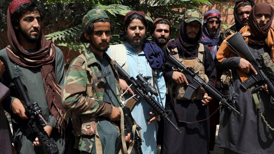 Taliban-Kämpfer posieren in Kabul für ein Foto