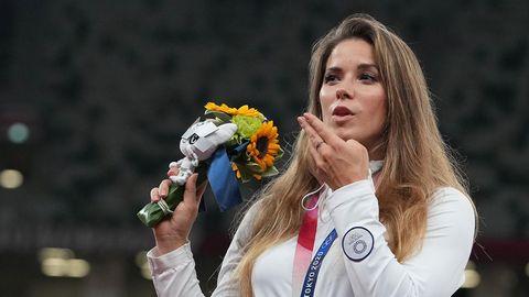 Maria Andrejczyk bei der Siegerehrung. Ihre Silbermedaille versteigerte sie nun, um ein herzkrankes Baby zu retten