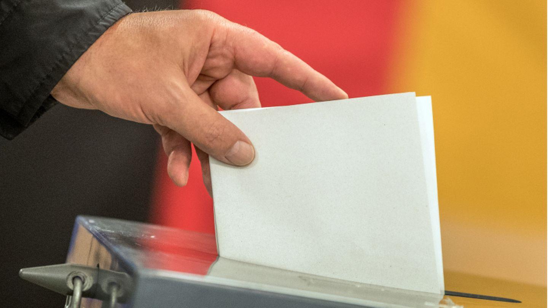 Ein Wähler wirft seinen Stimmzettel zur Bundestagswahl 2017 in die Wahlurne