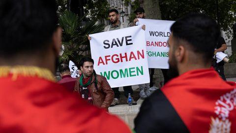"""Rettet Afghanistans Frauen"": Demonstranten vor dem Parlament in London"