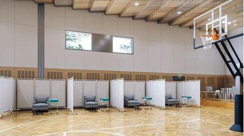Leeres Impfzentrum in Sporthalle